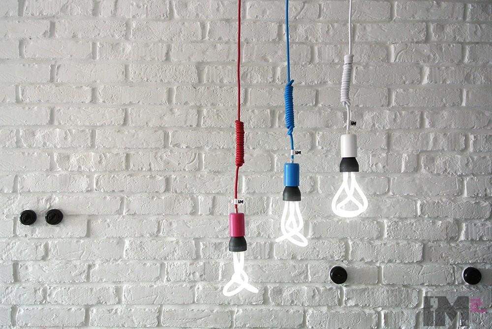 Kolorowe kable w tekstylnym oplocie_nowoczesne lampy wiszące_imindesign_plumen
