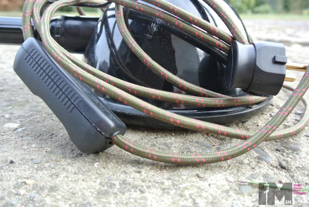 kable w dekoracyjnym oplocie